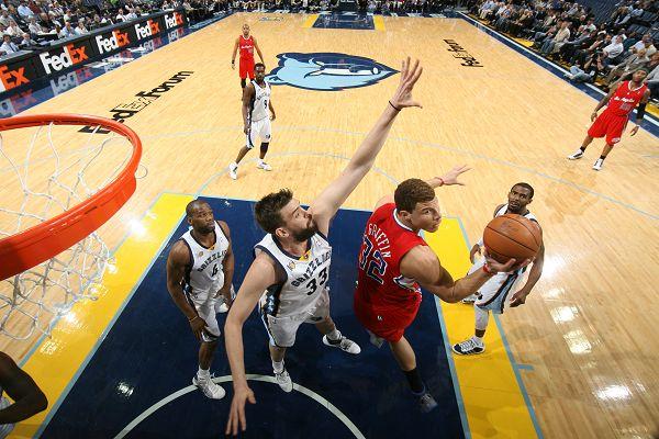 图文:[NBA]快船胜灰熊 小加索尔防守格里芬