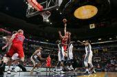 图文:[NBA]快船胜灰熊 格里芬上篮遭围攻