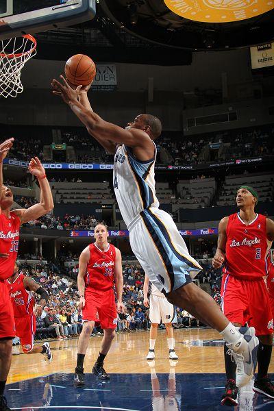 图文:[NBA]快船胜灰熊 萨姆-扬飞身上篮