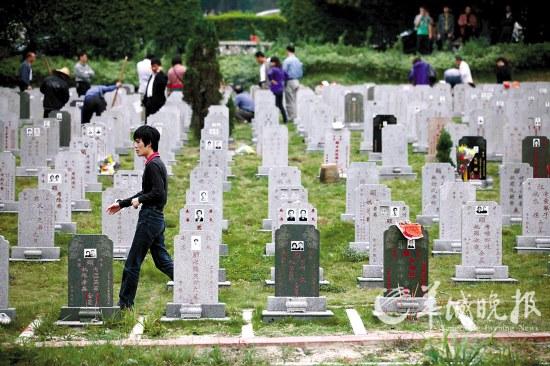 若想省钱又想建墓的市民,选择草坪葬最合适 羊城晚报记者 蔡弘 摄