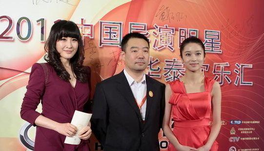 杨旸(右一)与好友王雅捷陪导演温成林同走红毯