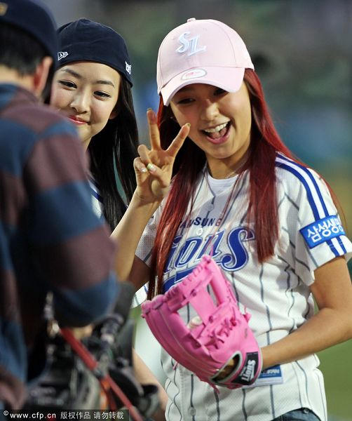 组图:美女偶像组合驰援棒球联赛 投球姿势标准