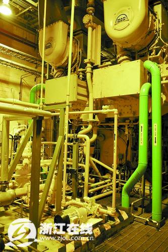 备用柴油发电机每周都要进行一次启动演习。方臻子 王君权 摄