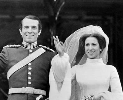 媒体新闻滚动_搜狐资讯    戴安娜王妃的结婚礼服非常具有标志性,是由