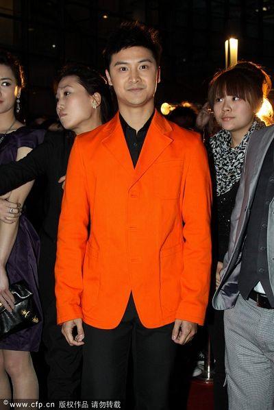 跳水王子橙色西装亮相