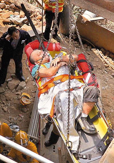 吊女人图片_港工地发生严重事故酿1死2伤 一工人被钢筋刺穿-搜狐新闻
