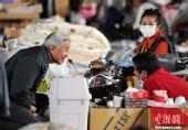 组图:日本天皇夫妇赴埼玉县慰问避难灾民