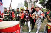 图文:[中超]南昌VS广州 球迷皇帝与红军哥助阵