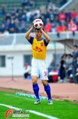 图文:[中超]南昌1-1广州 孙祥掷边线球
