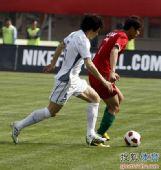 图文:[中超]河南0-0天津 李玮峰逼抢