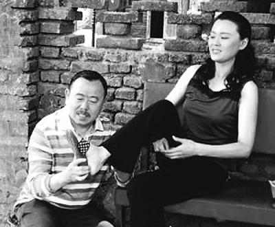 潘长江专挑高个美女对戏图