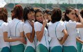 组图:F1大马站美女秀风情 集体合影难掩俏风姿
