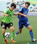 图文:全北水原激战 韩国脚廉基勋(右)在防守