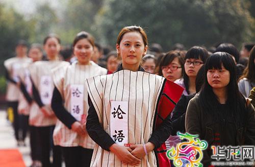 孔子铜像落户重庆大学城 百名学生穿汉服诵经