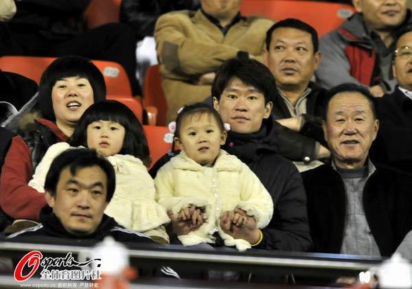 王栋与家人观战