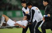 图文:[中超]杭州3-1北京 杜威受伤后被抬下场