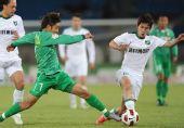 图文:[中超]杭州3-1北京 王长庆比赛中拼抢