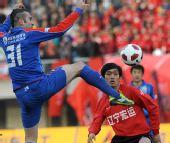 图文:[中超]辽宁宏运胜上海 达卡比赛中拼抢