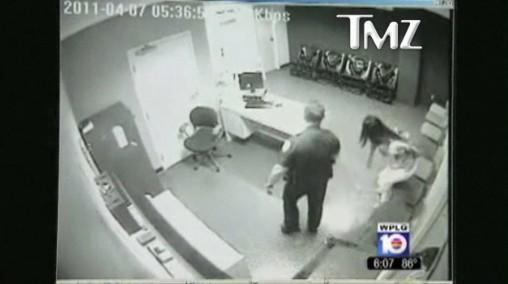 1.詹姆斯老妈被带到警局办公室