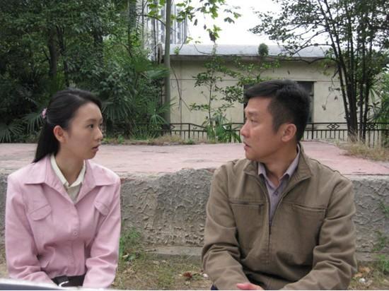 童瑶《家常菜》饰演何文远(左一)