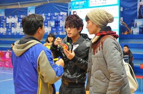 陈翔和现场工作人员了解报名流程