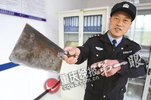 校警在讲述当天夺刀的情景 记者 杨帆 摄