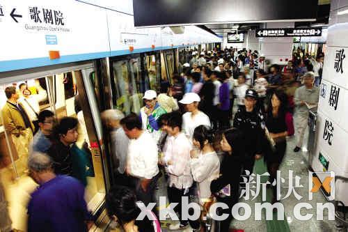 去年APM开通试运行,吸引许多好奇市民乘坐(资料图)。新快报记者 王祥/摄