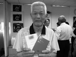 陈渝生手拿大陆的台胞证和台湾的出入境许可证。(谢进盛供图)