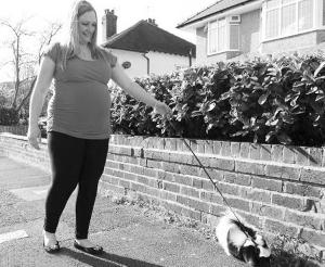 """英国一名大肚妇女在街上遛""""臭鼬"""""""