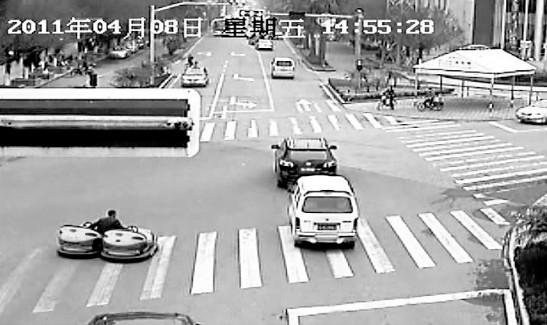 监控可以清晰看到,老张一脚踩一辆碰碰车,冲上马路。