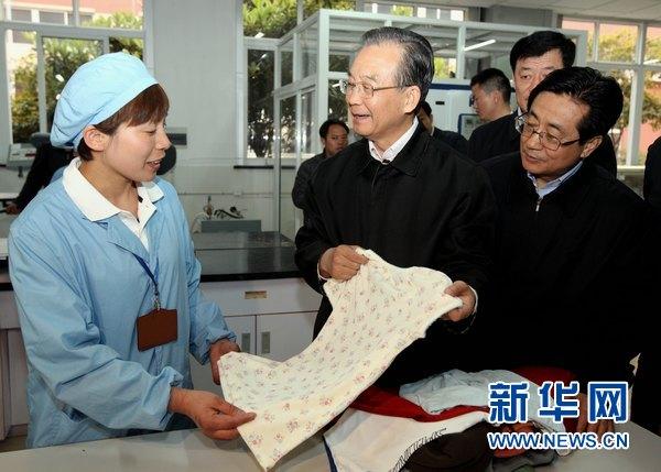 这是4月8日,温家宝在宁波申洲国际集团控股有限公司考察。新华社记者姚大伟摄