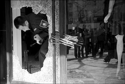 警方在失窃店铺内勘查。本报实习记者 赵恩泽 摄