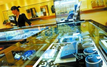 """□由于本市多数钻石零售商的存货比较充足,市民目前尚能买到""""未提价""""的钻石。"""