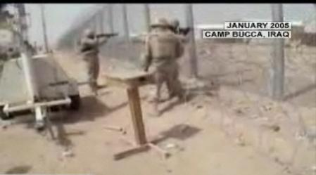 两名美军正在向监狱内的伊拉克囚犯开枪射击。(视频截图)