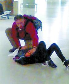 视频中,穿红衣的老外扯下伤者的围巾为其捂住伤口。