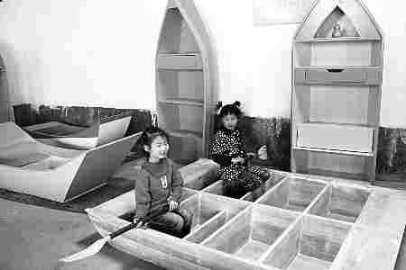 除了抗地震的床,任小轮还将衣柜等家具做成了逃生船形状。