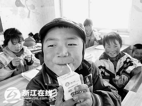董仁增嘴角边挂着牛奶。
