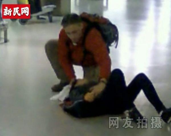 """日本""""海归""""机场刺母续:途经老外上前救助。网友视频截图"""