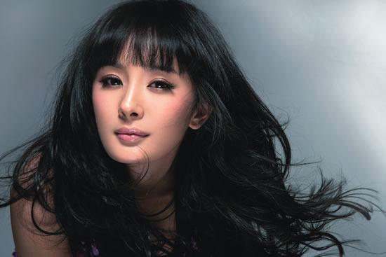 日前,当红女演员杨幂登体育杂志封面,宣传体育舞蹈.