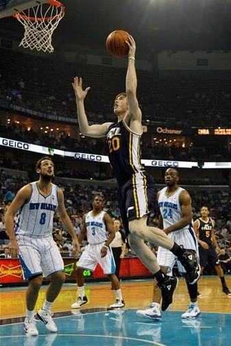 图文:[NBA]爵士90-78黄蜂 哈沃德上篮