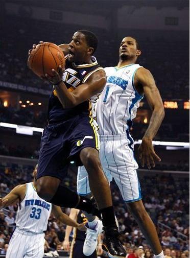 图文:[NBA]爵士90-78黄蜂 迈尔斯突破