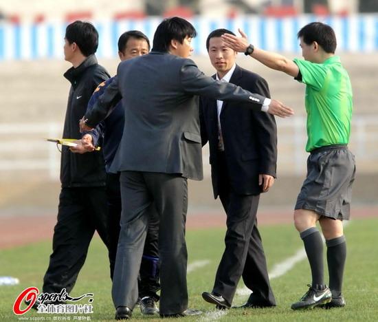 图文:[中甲]大连2-0广东 李明被逐出场