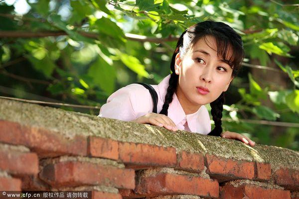 图文:孔令辉女友《女人如花》剧照 墙上探头望