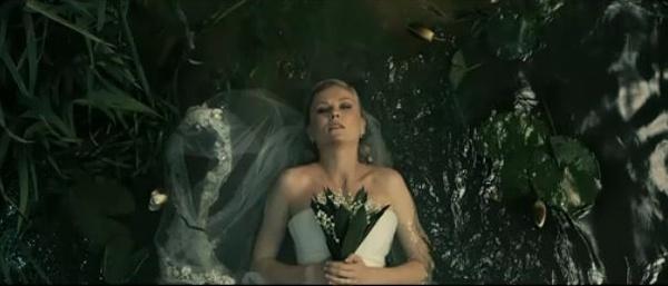 克里斯滕-邓斯特《惊悚末日》(Melancholia)里穿婚纱捧花束
