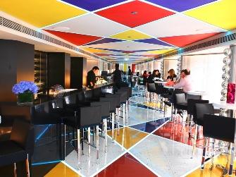 彩色地面和天花板,缔造赏心悦目的二重奏