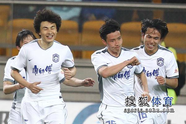 图文:[中超]天津3-1山东 陈涛庆祝进球
