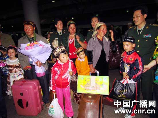 来自新疆各地的17名先天性心脏病患儿及家长抵达北京