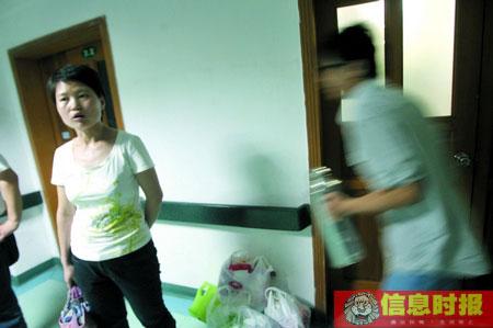 社会04-学校老师和同学守候在被砍学生的病房外。