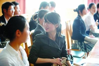 东航招聘空姐空少美女云集 男生不能太 娘图片
