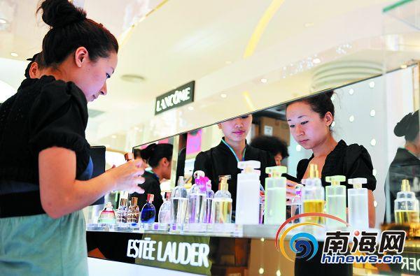 三亚免税店里,旅客在化妆品专柜挑选商品   本报记者 李小岗 摄